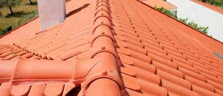 41. Existem modelos de telha portuguesa para estruturas de canos. Foto: Trevo Atacadão
