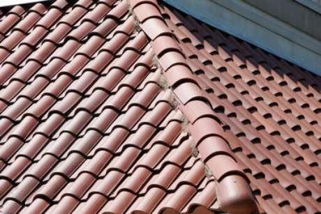 11. A telha portuguesa é interessante para diferentes telhados. Foto: Atacado das Telhas