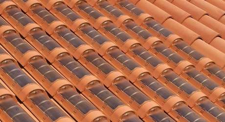 37. O painel solar pode estar aplicado direto na telha portuguesa. Foto: Pensamento Verde