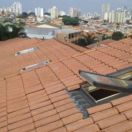 38. A claraboia pode existir em um telhado de telha portuguesa. Foto: Instagram