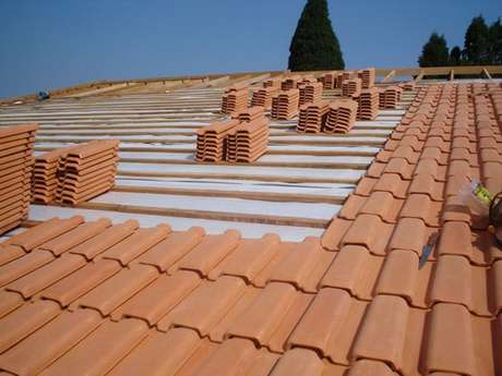 10. Instalar telha portuguesa é muito simples. Foto: Sua Obra