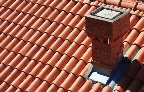 9. A telha portuguesa fica em contraste com o chaminé. Foto: Pixabay