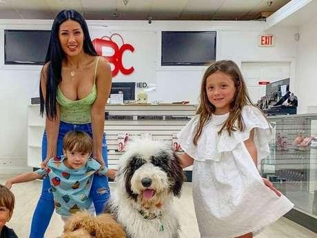 Dupla de Simone, Simaria postou vídeo raro com a filha, Giovanna, de 6 anos: 'MiniColeguinha'. Na foto, cantora está com o filho, Pawel, e o sobrinho, Henry