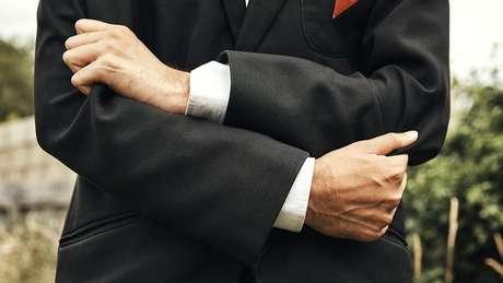 retrato das mãos e torso de Waleed