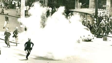 PM reprime confronto entre estudantes da USP e Mackenzie na região central, em 1968: evidências dos abusos cometidos pela ditadura vão muito além da Comissão da Verdade, diz historiador Carlos Fico