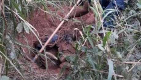Guardas municipais escavam o local onde foram encontradas valas com quatro corpos, no bairro Engordadouro, em Jundiaí, interior de São Paulo
