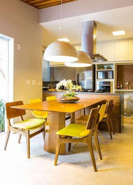 65. A mesa retangular com estrutura de madeira de lei é um dos modelos mais procurados no mercado. Projeto por By Arquitetura