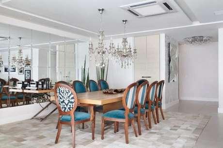13. A mesa retangular de madeira combina com decorações mais clássicas. Fonte: Ana Lucia Adriano