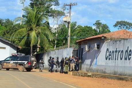 Policiais e soldados estão em frente à prisão em Altamira, onde massacre deixou 57 mortos