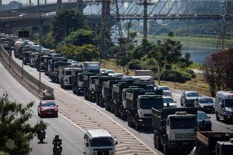 Caminhoneiros protestam na Marginal Pinheiros e Avenida Escola Politécnica, zona sul da capital paulista, contra o aumento do diesel