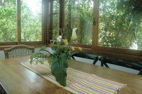 20. Cozinha com mesa retangular de madeira. Projeto por Bibiana Vital Menegaz