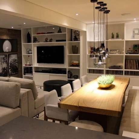 22. Invista em uma iluminação especial para a mesa retangular de madeira. Fonte: Chris Silveira e Arquitetos Associados