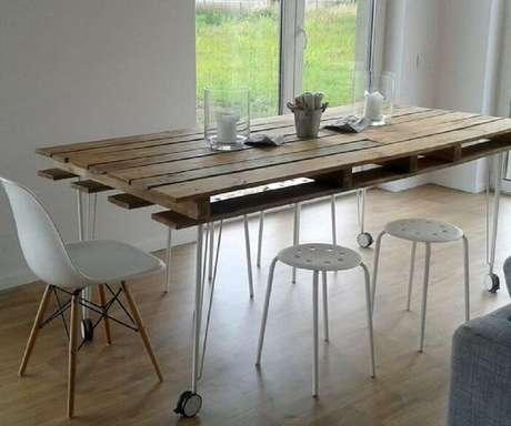 24. Invista em uma mesa retangular de pallet para o ambiente de sala de jantar. Fonte: Pinterest