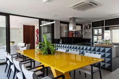 25. Mesa retangular amarela é destaque nesta varanda. Fonte: Pinterest
