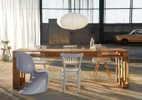 26. Mesa retangular ampla feita com estrutura de pallet. Fonte: Pinterest