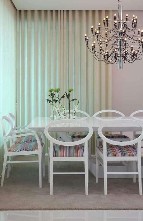 29. Mesa retangular com cadeiras com forro colorido. Projeto por Vivian Coser