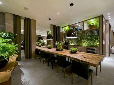 30. Mesa retangular com estrutura de madeira traz conforto ao ambiente. Fonte: Debora Aguiar Arquitetos