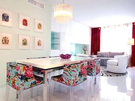 31. Mesa retangular com tampo branca se harmoniza com as estampas coloridas das cadeias. Fonte: Pinterest
