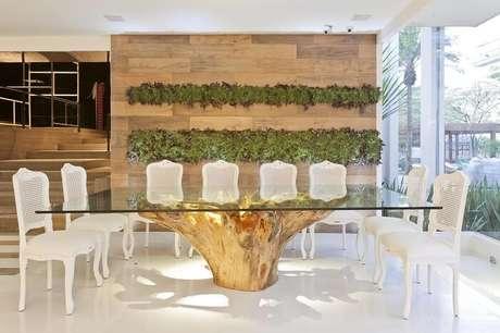 32. Mesa retangular com tampo de vidro e base de madeira de demolição. Fonte: Pinterest