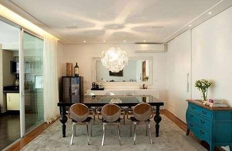 69. Mesa retangular de jantar na cor preta com um design que une o moderno e o clássico. Fonte: Pinterest
