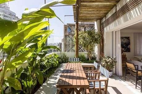 42. Mesa retangular de madeira com design simples encanta decoração desta área externa. Fonte: Suite Arquitetos