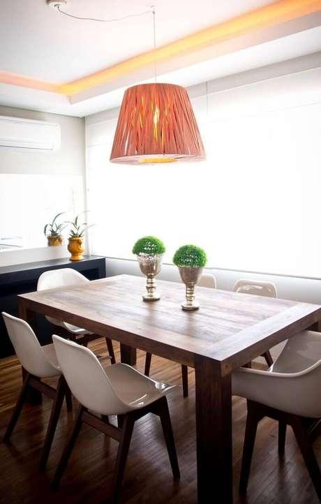 71. Mesa retangular de madeira combina perfeitamente com as cadeiras na cor branca. Projeto de Joana e Manoela
