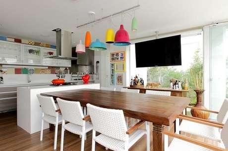 43. Mesa retangular de madeira complementa a decoração da cozinha. Projeto por Rodrigo Fonseca