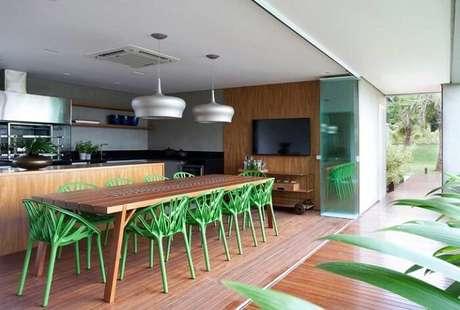 1. Mesa retangular de madeira e cadeiras na cor verde encantam a decoração do ambiente. Fonte: Pinterest