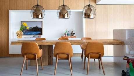 45. Mesa retangular de madeira para seis lugares. Fonte: Studio Guilherme Torres