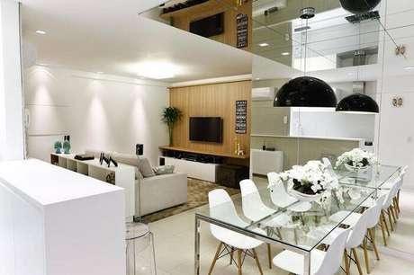46. Mesa retangular de vidro se harmoniza com a decoração clean do ambiente. Projeto por Cristina Rei