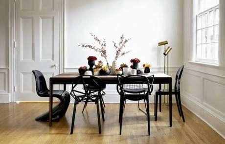 72. Mesa retangular e cadeiras com design criativo encantam a decoração desta sala de jantar. Fonte: Panorama Móveis