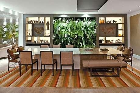 54. Mescle o design do tampo da mesa retangular. Metade laqueada e metade com madeira rústica. Fonte: Pinterest