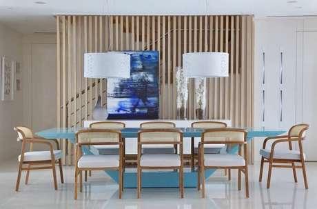 55. O design azul desta mesa retangular encanta a decoração do ambiente. Fonte: Pinterest