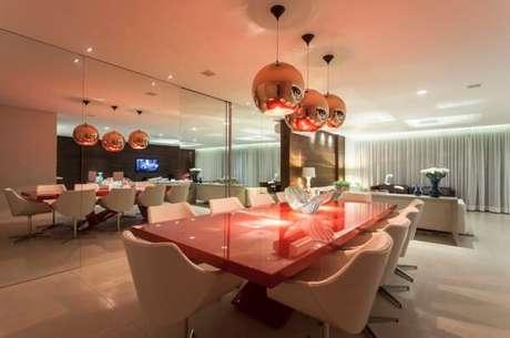 57. O design desta mesa retangular vermelha encanta a decoração da sala de jantar. Fonte: Assim Eu Gosto!