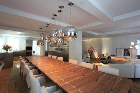 73. Para ambientes amplos procure investir em um modelo de mesa retangular com vários lugares. Fonte: Pinterest