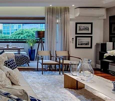 59. Para o ambiente da sala de estar complemente a decoração com uma mesa de centro retangular. Projeto por Carla Felippi