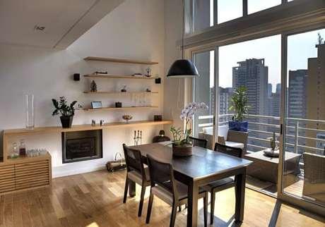 60. Pequena, porém notável essa mesa retangular encanta a decoração do ambiente. Fonte: Studio Scatena Arquitetura