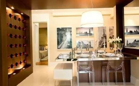 80. Posicione a mesa próxima a parede e ganhe mais espaço no ambiente. Projeto por Camila Klein