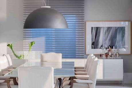 61. Sala de jantar com mesa retangular branca com tampo de vidro. Projeto por Lídia Maciel