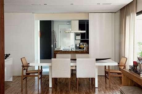 76. Sala de jantar com mesa retangular em madeira laqueada branca. Projeto Denise Abdalla