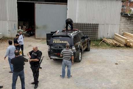 Duas viaturas clonadas identificadas como da Polícia Federal que foram utilizadas por quadrilha no roubo do ouro em Cumbica
