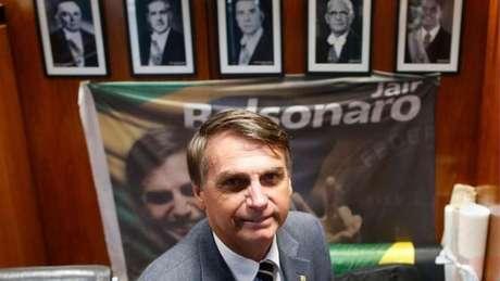 Quando era deputado, Bolsonaro mantinha foto dos ex-presidentes da ditadura militar em seu gabinete na Câmara