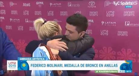 Federico Molinari e Paula Cancio se abraçam após o bronze do ginasta (Foto: Reprodução)