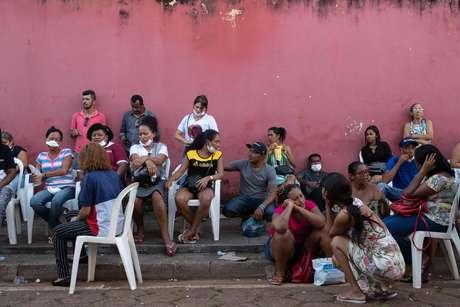 Pessoas aguardam chance de reconhecer corpo de parente diante do Instituto Médico Legal (IML) de Altamira, no Pará