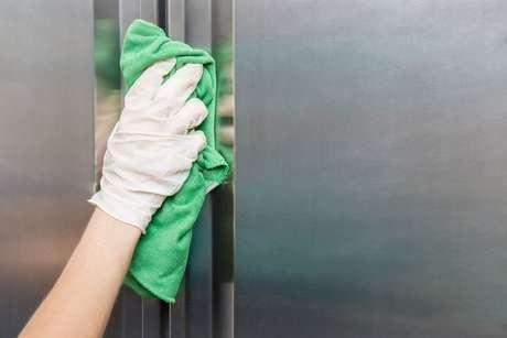 Conheça dicas de como limpar geladeira de inox
