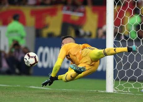 Diego Alves defende pênalti em disputa com o Emelec.