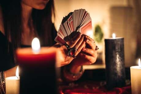 Tarô: afaste as más energias de Agosto com este ritual