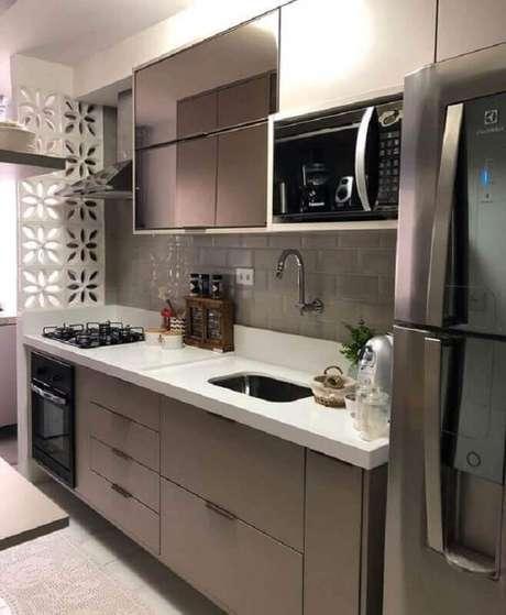 10. Cozinha pequena planejada decorada com forno elétrico de embutir pequeno – Foto: Revista VD
