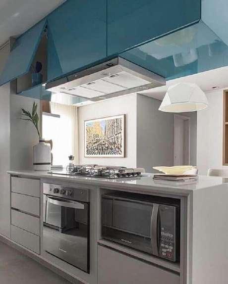 11. Decoração moderna para cozinha planejada com armário aéreo azul e forno elétrico de embutir – Foto: Almoço de Sexta