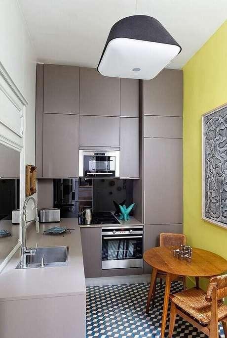 7. Cozinha planejada pequena com armários cinza e forno elétrico embutir – Foto: Pinterest